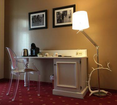 Suite 9: Schreibtisch