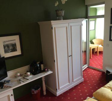 Zimmer 10: Zimmeransicht mit Schreibtisch