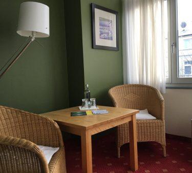 Zimmer 10: Zimmeransicht mit Sitzecke