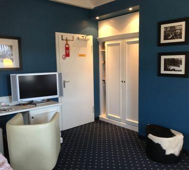 Zimmer 11: Zimmeransicht mit Schreibtisch und TV