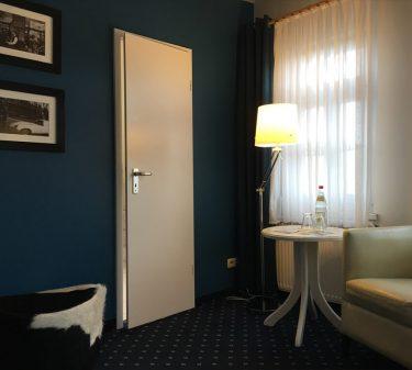 Zimmer 11: Zimmeransicht mit Sitzecke