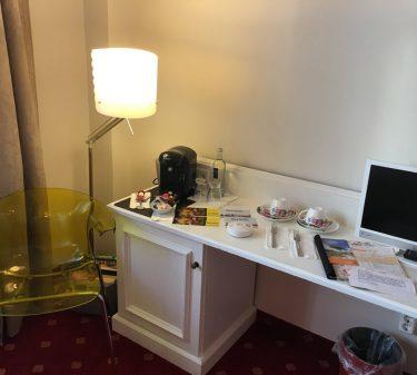Zimmer 2 Schreibtisch