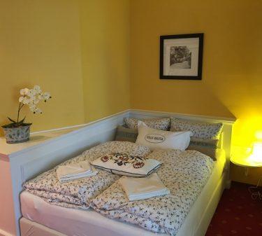 Zimmer 7: französisches Bett